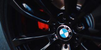 Roue d'une voiture BMW avec le logo de la marque