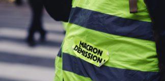 """Un Gilet Jaune avec un sticker """"Macron démission"""""""