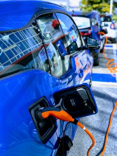Une voiture électrique se rechargeant dans une station