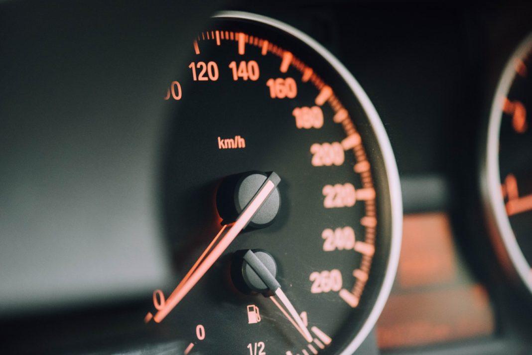 Tableau de bord indiquant la vitesse