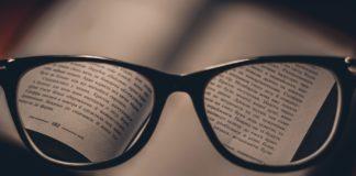 Une paire de lunettes sur un livre ouvert