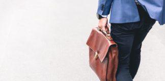 Un homme allant au travail avec un sac