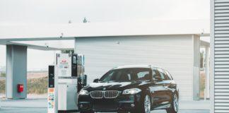 BMW 5 Series diesel dans une station au Pays Bas