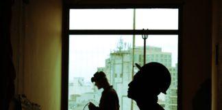 Des ouvriers du bâtiment, dans la pénombre.
