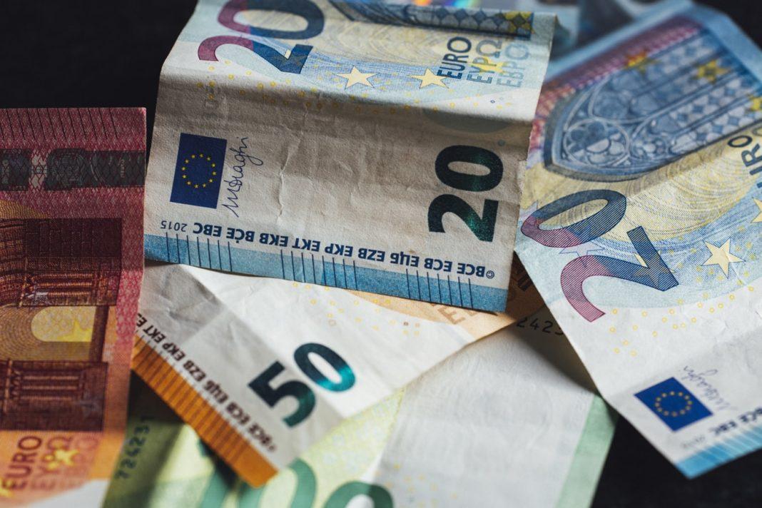 Des billets d'euros étalés sur une table.