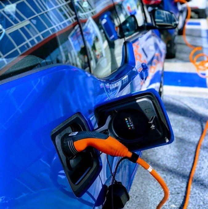 Un véhicule électrique dans une station service de recharge.