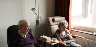 Un couple de retraités dans un Ehpad.