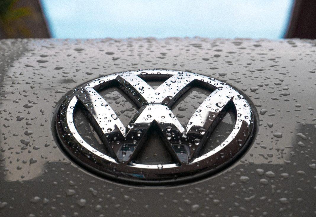 Le capot avant d'un véhicule Volkswagen avec le logo de la marque allemande.