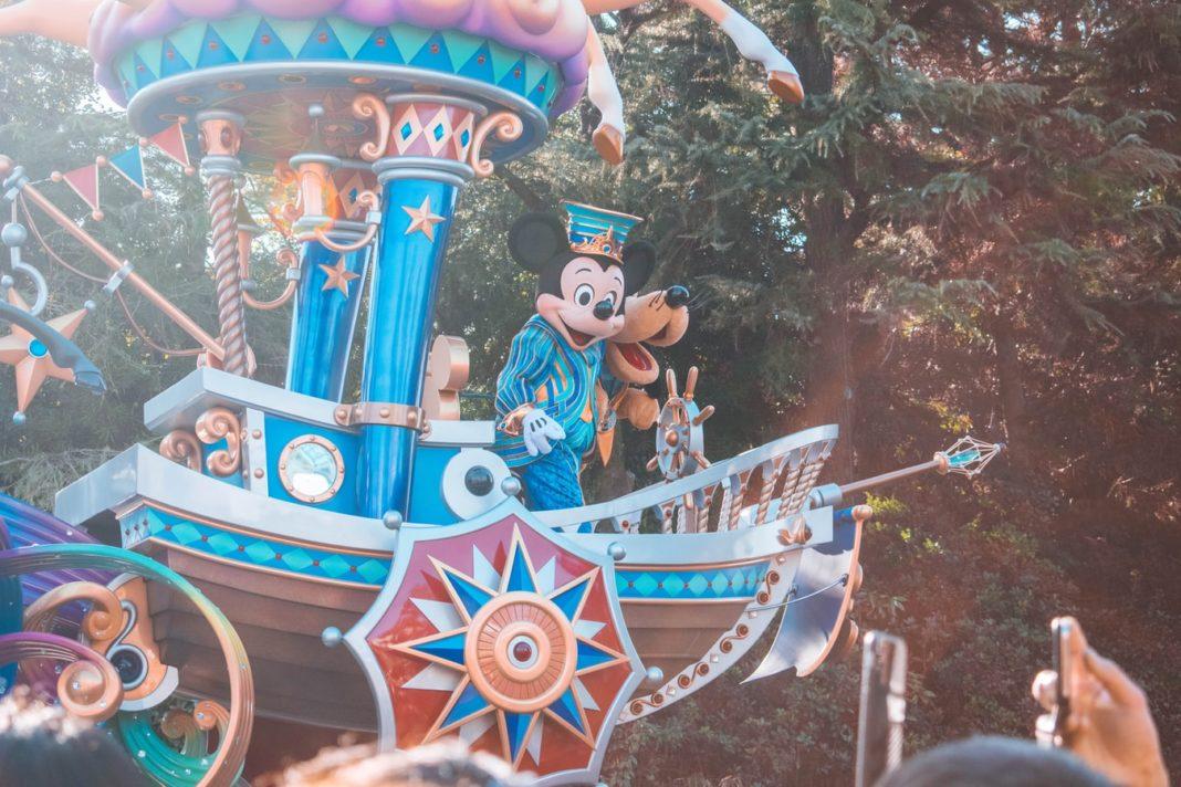 Des milliers de visiteurs ont pu pénétrer lundi dans le Disneyland de Shanghai, le premier des six parcs de loisirs de Walt Disney à travers le monde à rouvrir après trois mois d'arrêt à cause de la pandémie du coronavirus.