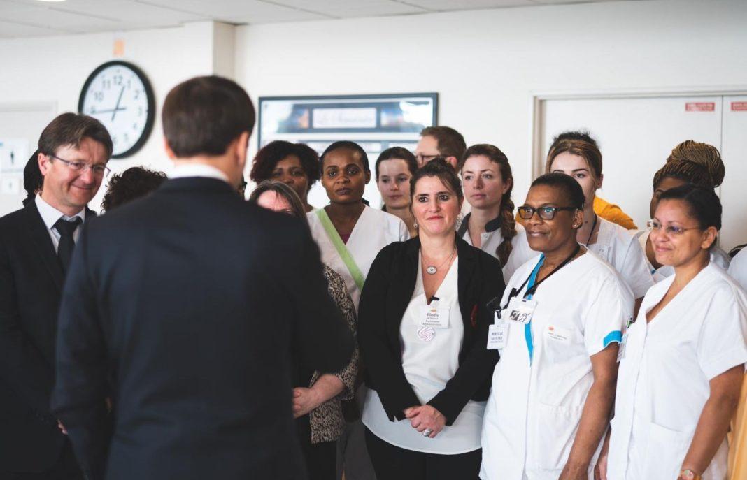 Emmanuel Macron parlant aux soignants.