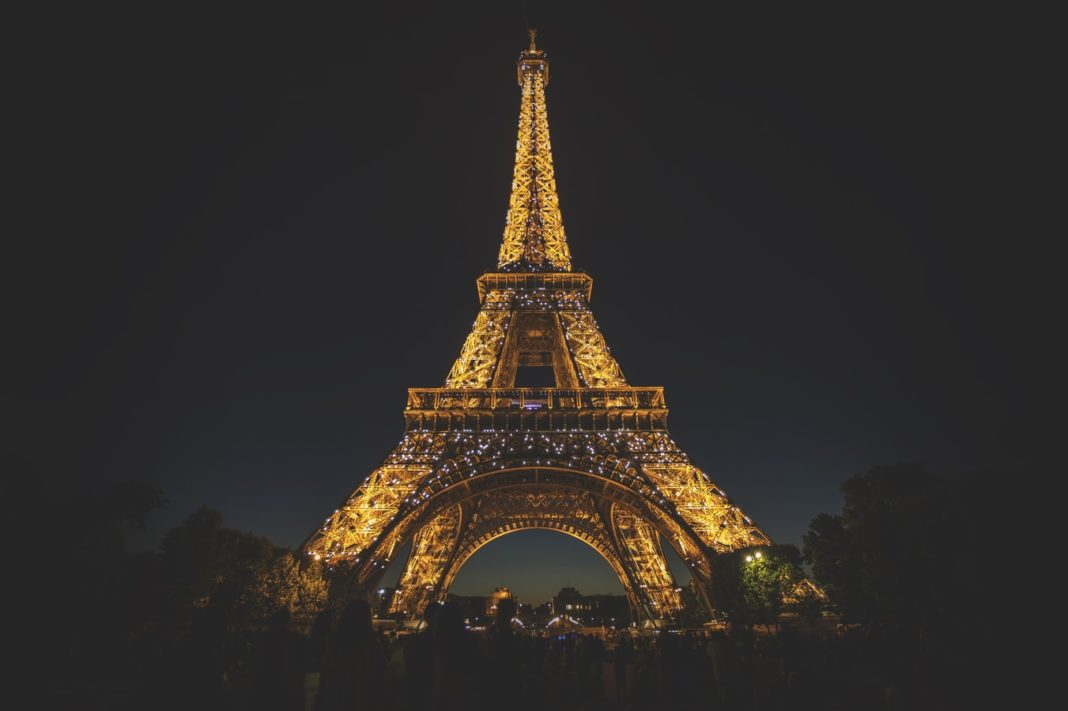 La Tour Eiffel illuminée dans la nuit.