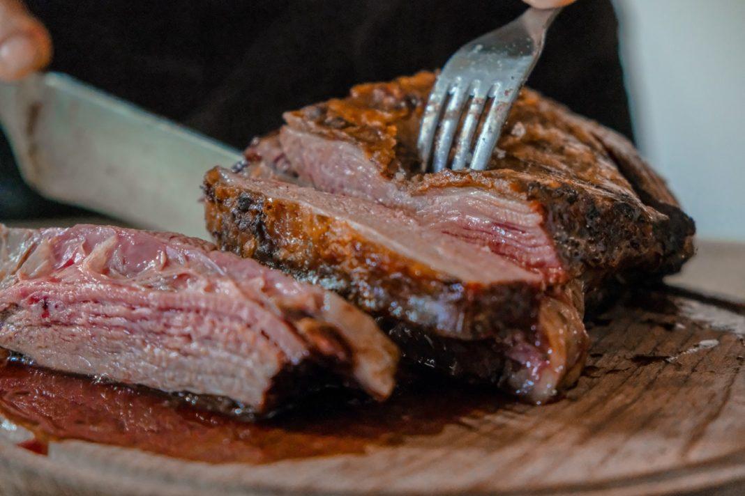 Un rôti de viande saignant.