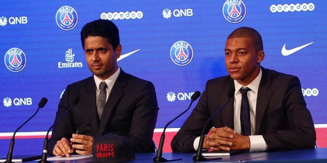 Nasser Al-Khelaïfi aux côtés de Kilyan Mbappé lors d'une conférence de presse (Paris Saint Germain).